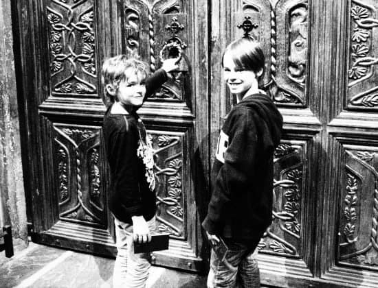 Kids opening the doors to the Great Hall at Harry Potter World UK
