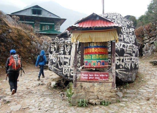 """尼泊尔与孩子们,和孩子们一起徒步旅行。珠穆朗玛峰附近的文化启蒙。祈祷轮子和与夏尔巴人一起学习宗教和灵修知识。"""" class ="""" wp-image-24700"""" srcset ="""" https://worldtravelfamily.com/wp-content/uploads/2016/03/Nepal-with-kids-cultural -enlightenment-trekking-with-kids-in-Nepal.jpg 550w,https://worldtravelfamily.com/wp-content/uploads/2016/03/Nepal-with-kids-cultural-enlightenment-trekking-with-kids- in-Nepal-300x217.jpg 300w"""" size =""""(最大宽度:550px)100vw,550px"""