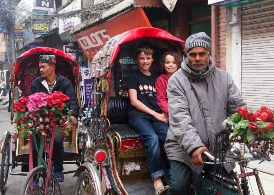 "尼泊尔与孩子们,加德满都与孩子们骑人力车"""" class ="" wp-image-24705"" srcset ="" https://worldtravelfamily.com/wp-content/uploads/2016/03/Nepal-with-kids.-Getting-sick -in-Kathmandu-bicycle-rickshaw-Thamel.jpg 550w,https://worldtravelfamily.com/wp-content/uploads/2016/03/Nepal-with-kids.-Getting-sick-in-Kathmandu-bicycle-rickshaw -Thamel-300x214.jpg 300w"" size =""(最大宽度:550px)100vw,550px"