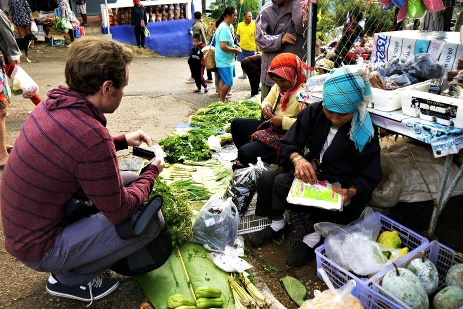 Staying healthy while travelling, buying vegetables