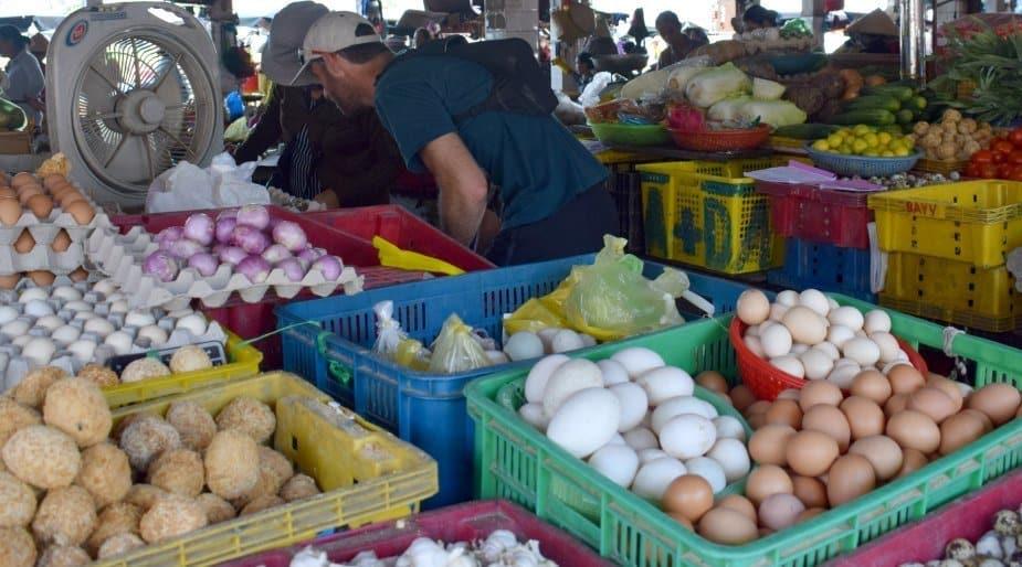 Buying food at Hoi An Marke