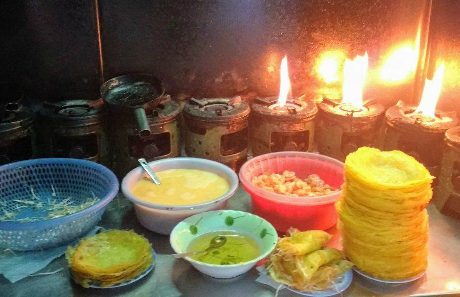 Bahn Xeo. Best foods to try in Hoi An Vietnam. Making Banh Xeo