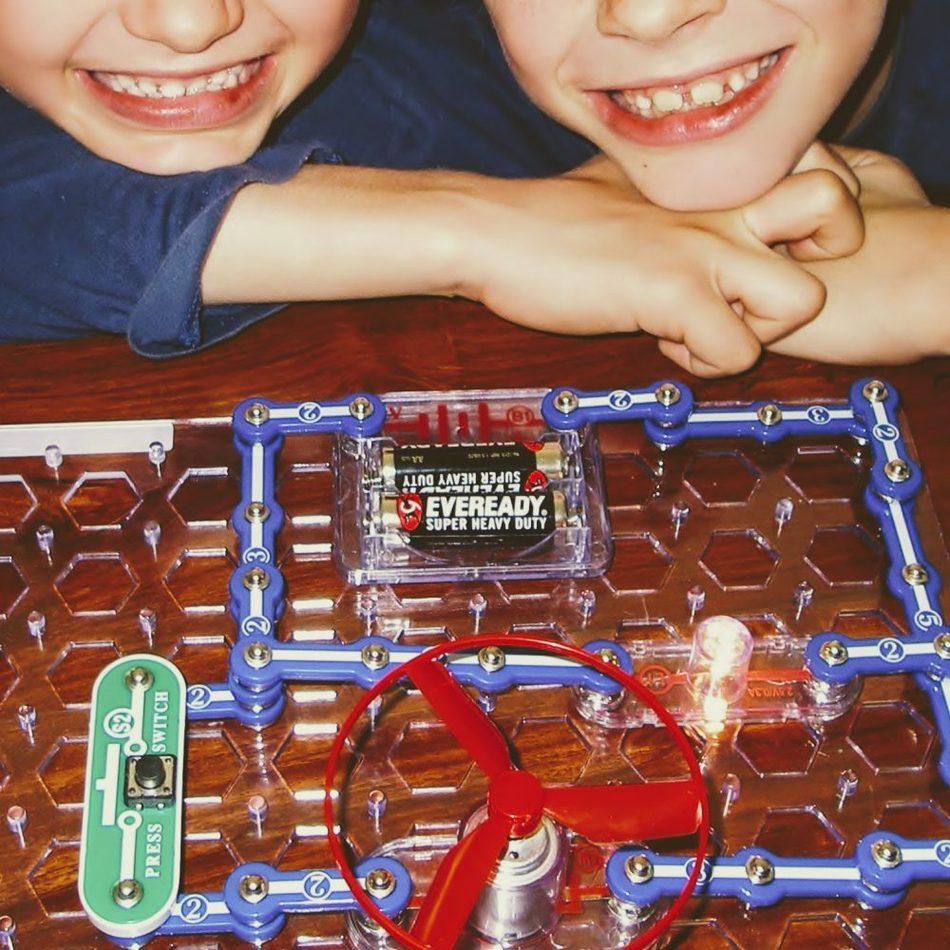 """给家庭学生的最佳礼物科学电路设置套件"""" class ="""" wp-image-42304"""