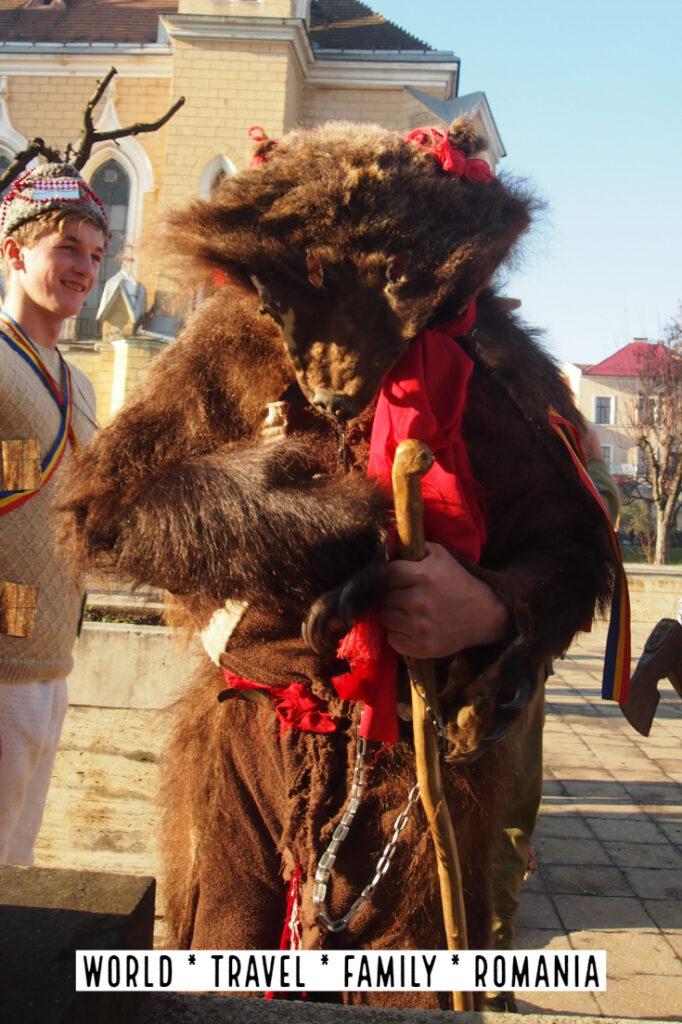 "熊皮罗马尼亚舞冬季圣诞节"" class ="" wp-image-40855"" srcset ="" https://worldtravelfamily.com/wp-content/uploads/2019/09/Bear-Skin-Romania-Dance-Winter-Christmas-682x1024 .jpg 682w,https://worldtravelfamily.com/wp-content/uploads/2019/09/Bear-Skin-Romania-Dance-Winter-Christmas-200x300.jpg 200w,https://worldtravelfamily.com/wp-content /uploads/2019/09/Bear-Skin-Romania-Dance-Winter-Christmas.jpg 735w"" size =""(最大宽度:682px)100vw,682px"