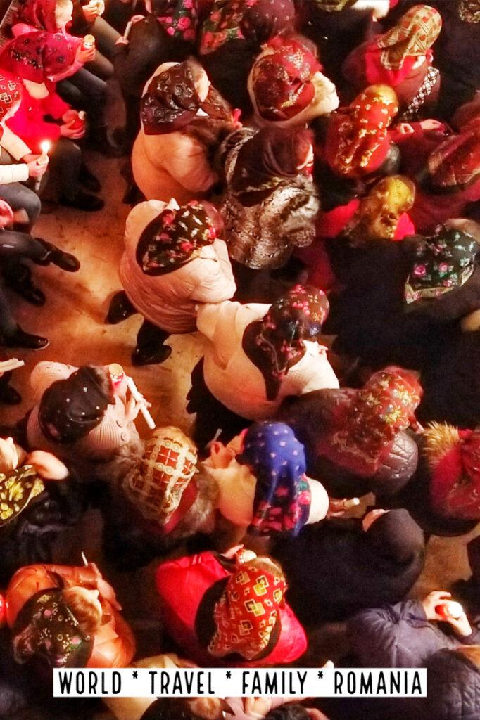 "罗马尼亚圣诞节传统罗马尼亚午夜弥撒的圣诞节市场"" class ="" wp-image-40815"" srcset ="" https://worldtravelfamily.com/wp-content/uploads/2019/09/Romanian-Christmas-Traditions-Christmas-Markets- in-Romania-Midnight-Mass-682x1024.jpg 682w,https://worldtravelfamily.com/wp-content/uploads/2019/09/Romanian-Christmas-Traditions-Christmas-Markets-in-Romania-Midnight-Mass-200x300 .jpg 200w,https://worldtravelfamily.com/wp-content/uploads/2019/09/Romanian-Christmas-Traditions-Christmas-Markets-in-Romania-Midnight-Mass.jpg 735w""尺寸=""(最大宽度:682px)100vw,682px"