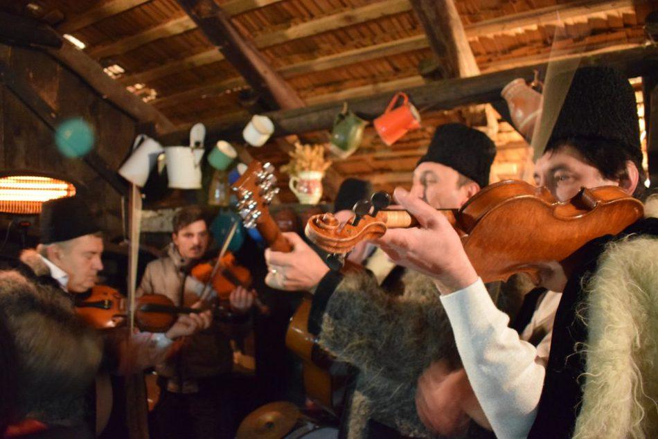 "罗马尼亚圣诞节传统罗马尼亚聚会"" class ="" wp-image-40867"" srcset ="" https://worldtravelfamily.com/wp-content/uploads/2019/09/Romanian-Christmas-Traditions-Romania-Party.jpg 1000w,https ://worldtravelfamily.com/wp-content/uploads/2019/09/Romanian-Christmas-Traditions-Romania-Party-300x200.jpg 300w, https://worldtravelfamily.com/wp-content/uploads/2019/09/ Romanian-Christmas-Traditions-Romania-Party-768x512.jpg 768w, https://worldtravelfamily.com/wp-content/uploads/2019/09/Romanian-Christmas-Traditions-Romania-Party-735x490.jpg 735w"" sizes= ""(max-width: 1000px) 100vw, 1000px"