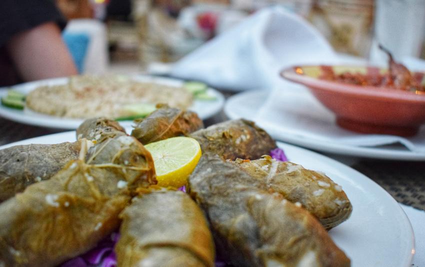 """埃及食品-葡萄藤酿的Mahshi Warak Enab"""" class ="""" wp-image-43171"""" srcset ="""" https://worldtravelfamily.com/wp-content/uploads/2019/12/Egyptian-Food-Stuffed-Vine-Leaves。 jpg 850w,https://worldtravelfamily.com/wp-content/uploads/2019/12/埃及-Food-Stuffed-Vine-Leaves-300x188.jpg 300w,https://worldtravelfamily.com/wp-content/uploads/ 2019/12 / Egyptian-Food-Stuffed-Vine-Leaves-768x482.jpg 768w,https://worldtravelfamily.com/wp-content/uploads/2019/12/Egyptian-Food-Stuffed-Vine-Leaves-735x462.jpg 735w"""" size =""""(最大宽度:850px)100vw,850px"""