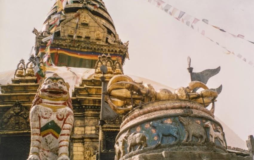 猴庙尼泊尔地震前庙中的巨型金雷螺栓